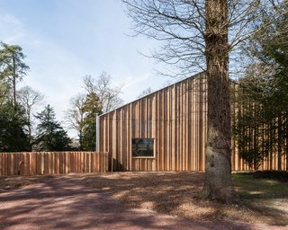 The building was constructed entirely from green timber grown and milled on-site at Westonbirt, with a series of interns and apprentices from the Carpenter's Fellowship. The students gained valuable experience through the process of working alongside master carpenters.