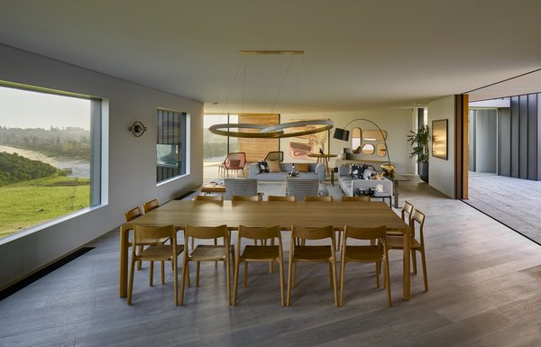 The dining area has views of the sea and opens to the interior courtyard, giving it a unique sense of access to the surrounding nature.