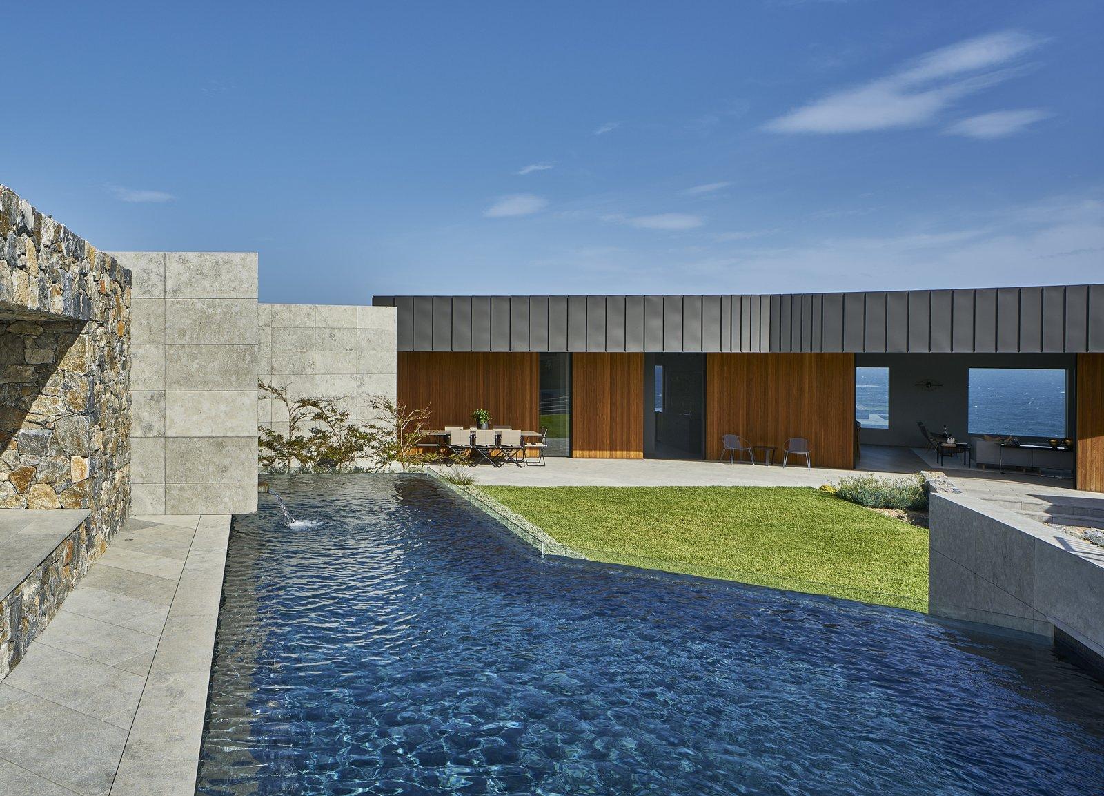 the courtyard pool - Inspirasi Desain Kolam Renang Minimalis untuk Rumah Modern, Mewah Banget!