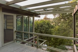 A second-level terrace overlooks the deck and provides stunning views of the surrounding San Gabriel mountains.
