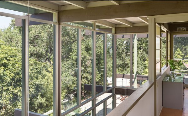 The feeling of indoor/outdoor living extends to the second floor thanks to the floor-to-ceiling glazing. The beauty of the post and beam construction is particularly sensed at this level.