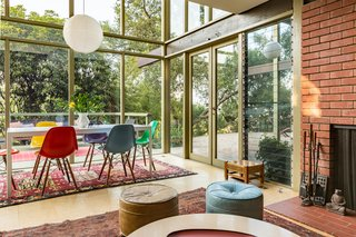 Expansive glazing creates a beautiful flow and a strong integration of indoor/outdoor spaces.