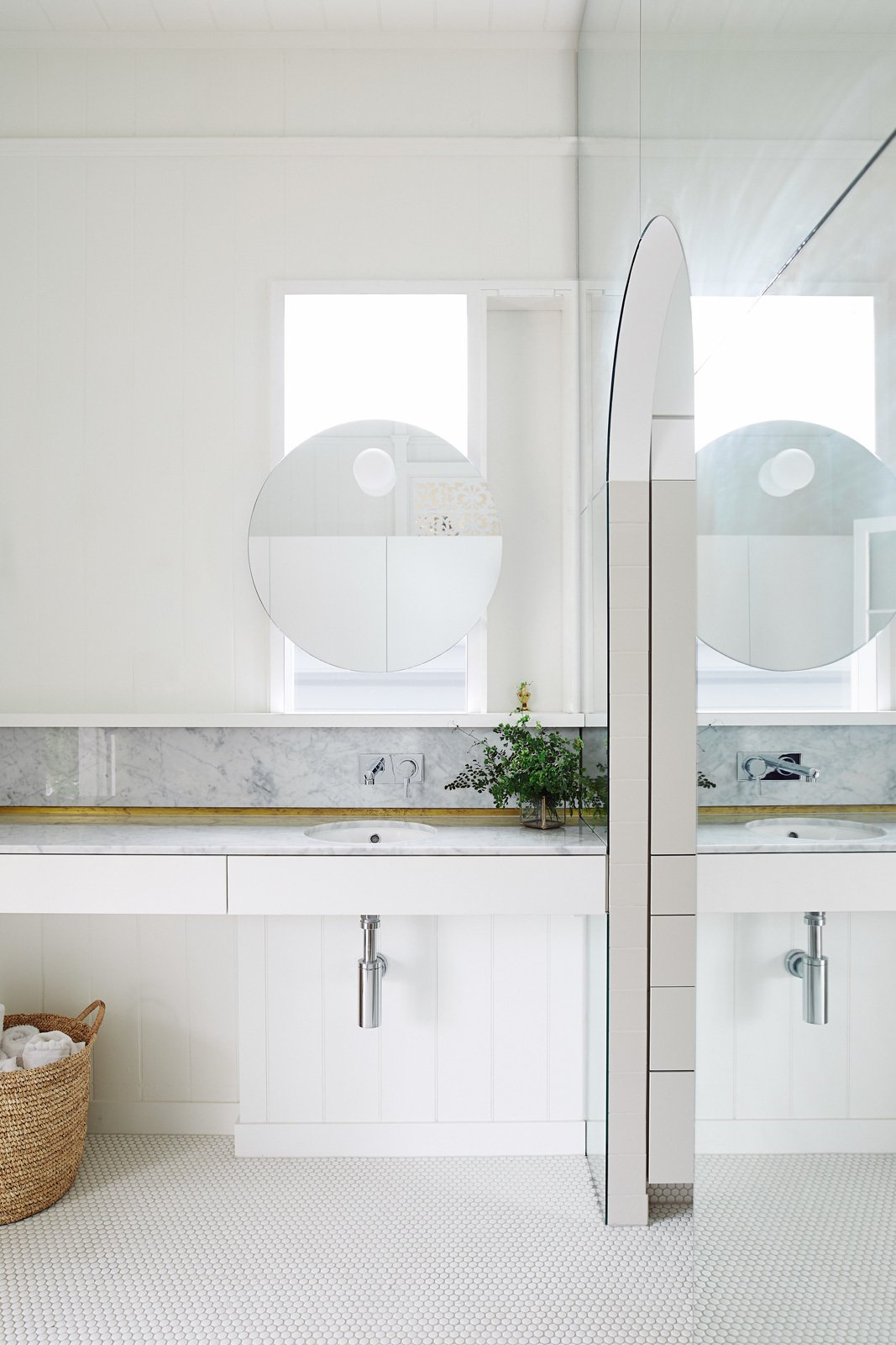 Bath, Porcelain Tile, Marble, Undermount, Wall, and Marble Even the bathrooms have a luminous feel.  Best Bath Undermount Porcelain Tile Photos from An Australian Cottage Gets a Mediterranean-Inspired Revamp