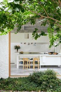 """当被要求重新设计布里斯班小意大利的一个可爱的小屋时,Cavill建筑事务所的团队受到了""""对过去尊敬的建筑""""的启发。因此,新改建的住宅现在向意大利移民工人的住宅致敬,这是澳大利亚城市战后定居的重要组成部分。开放式厨房有一种温暖的地中海式感觉,可以俯瞰中央花园。"""
