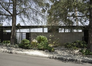 The Waymire Residence has a stunning profile with classic midcentury lines, and is set against the backdrop of Los Angeles.