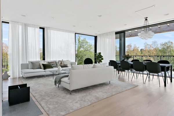 Thanks to the expansive walls of glass, the living space absorbs a strong sense of the surrounding nature.