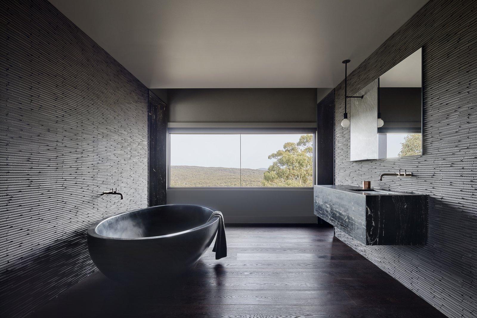 Oikos black soaking tub
