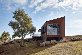 One of two rental properties on Breakneck Gorge in Victoria, Australia, Oikos boasts a generous viewing deck to take in the sweeping vista.