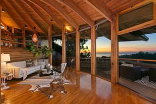 There are four viewing decks to take in the spectacular scenery and sunsets. The extensive glazing forms a seamless integration of indoor-outdoor space.