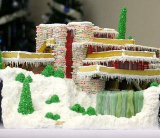 This impressive reproduction of Frank Lloyd Wright's Fallingwater in gingerbread was a total labor of love, taking over 12 hours to design and 40 hours to build and decorate. The river and waterfall are made up of three batches of hard candy.