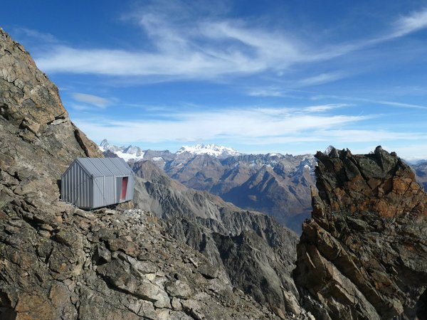 This Dizzying Prefab Is Perched on the Edge of the Italian Alps