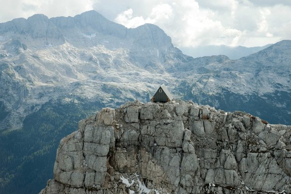 Designed by Giovanni Pesamosca Architetto, this shelter in the Italian Alps fits nine beds within its triangular A-frame structure. Situated along the Ceria-Merlone trail at an altitude of 8,303 meters, the shelter is a memorial to Luca Vuerich, a well-known mountain guide who was killed by an avalanche while climbing an iced waterfall in the mountains near Tarvisio.