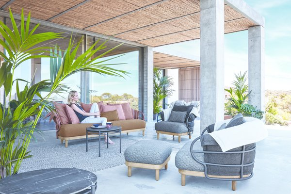 The initial inspiration for the Dune collection was to create the perfect scenario for enjoying time with friends on an outdoor terrace. The collection's focus on softness and comfort combines cozy cutting-edge upholstery, quilted blankets and soft pillows.