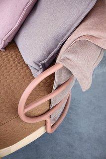 Outdoor Dune có các loại vải dệt kim sang trọng được thiết kế bởi nhà thiết kế người Đức Sebastian Herkner và được tạo ra đặc biệt với sự hợp tác của Sunicl.  Công trình sử dụng đế gỗ tếch đặc trưng của Gloster và đặt đệm trên khung nhôm sơn tĩnh điện.