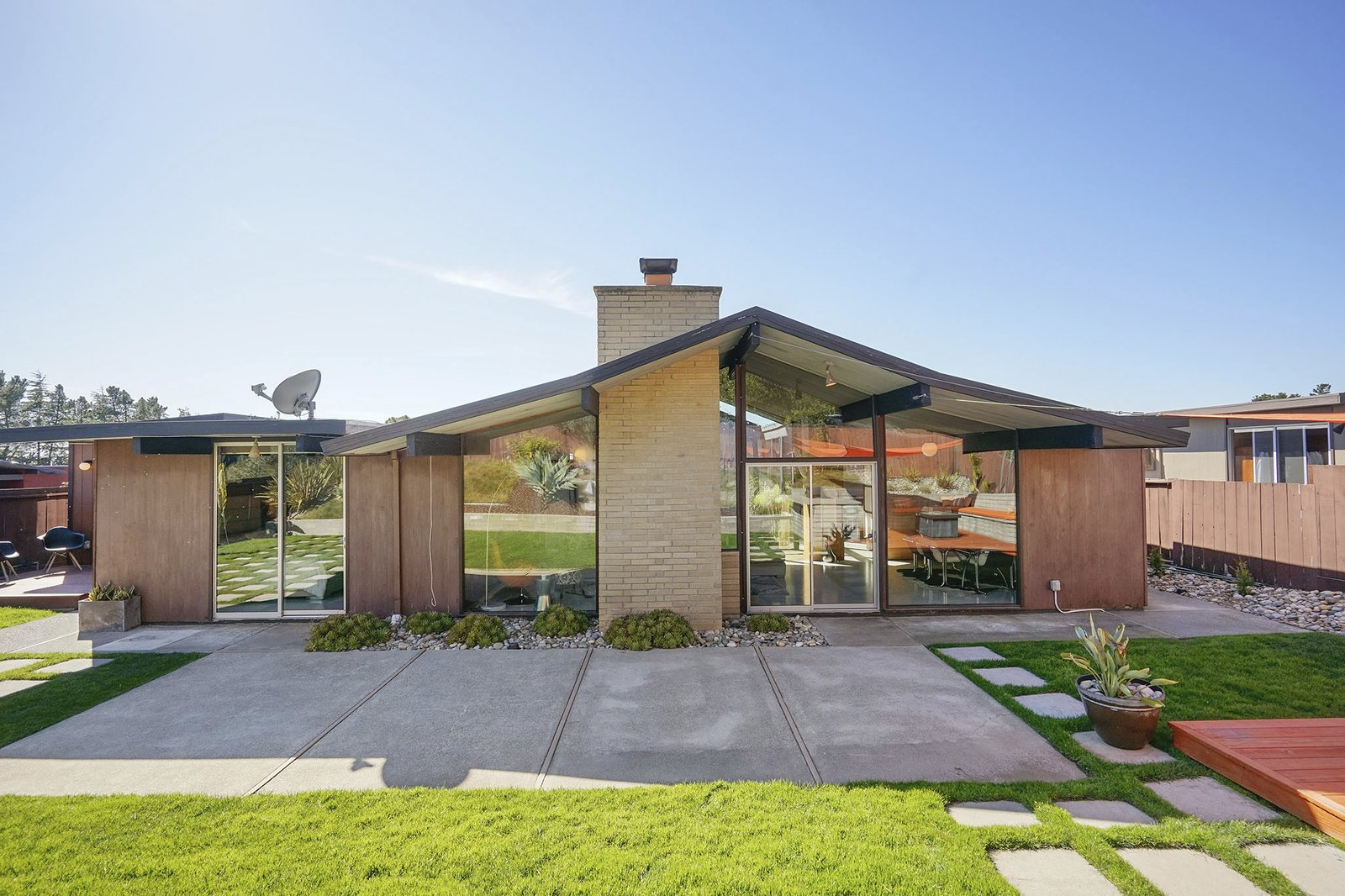 8050 Shay Drive Oakland Eichler home rear facade