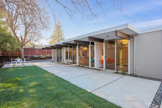 Located on a quiet cul-de-sac in Walnut Creek's Rancho San Miguel neighborhood—an East Bay subdivision home to 375 Eichlers—this 1959 atrium model Eichler stands out with a low-slung midcentury post-and-beam profile and period-appropriate interior updates.