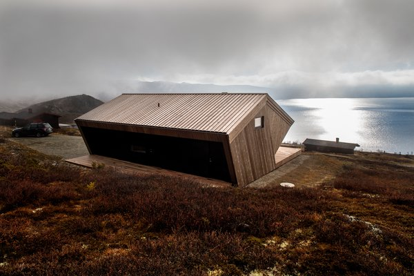 A mix of black and natural pine, the cabin is perfectly integrated into its surroundings.