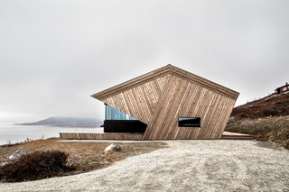 The commission was for a robust and efficient little cabin oriented towards the lake.