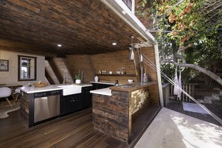 The retractable wall brings light and air into the kitchen.