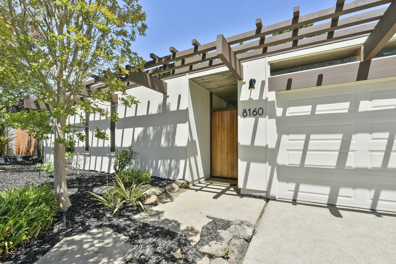 A Bay Area Eichler With a Streamlined Facade Asks $1.15M
