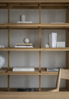 The Kinuta N–SS01 bookshelf is inspired by umbrella and shoe racks near the entrances of Japanese temples and Shrines.