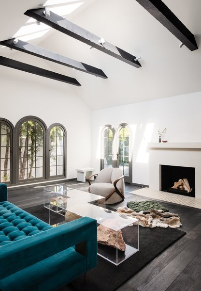 Síol Studios modified the existing fireplace with a new plaster mantle and an apron of hand-painted terra-cotta tiles.