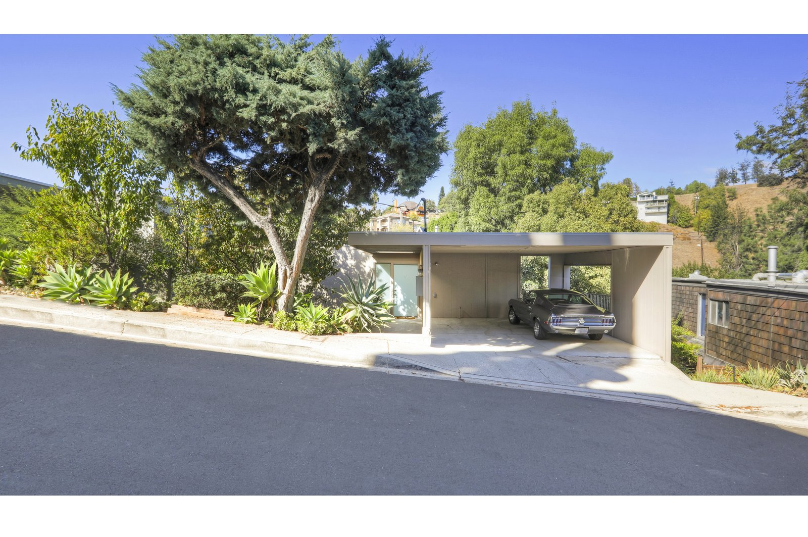 Set on a hillside and surrounded by greenery, 3877 Latrobe Street was built in 1964 as part of The Cliffs, a modernist development in the Montecito Heights neighborhood of Los Angeles.