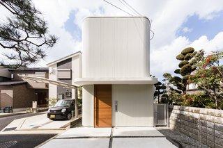 This Minimalist Japanese Home Pivots Around an Indoor Garden