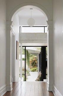 原始元素,如线条和拱门,都保持现在用当代扩展对比度。