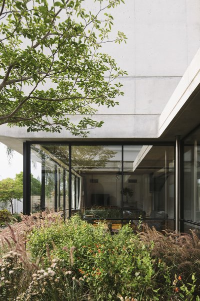 """The contemporary addition pairs concrete and glass. """"For us, it was really the only material that was going to handle the formal qualities that we wanted – stretching seamlessly from indoors to outside, taking on sculptural aspects, acting with strength both horizontally and vertically, and so on,"""" explains George."""