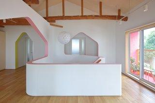 """楼上的客厅设有高高的天花板,和原来的结构梁暴露和保存。""""日志梁完好无损并且是出奇的伟大的条件,""""平川说。""""这是为什么我们不想放弃整个建筑的原因之一。""""该挂件是从24D-Studio的照明集合。"""