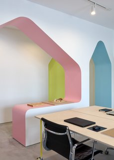 """每个拱地理位置优越,提供流量。""""壁是传统上被视为该空间的分割元件,但与拱形壁,空格流到彼此,从而允许室收缩和扩张而不完全分离"""",解释了公司。"""