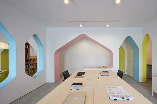 空间由一系列彩色的拱形墙壁定义。这些承重结构保持空间开放和通风,同时提供必要的结构加固。