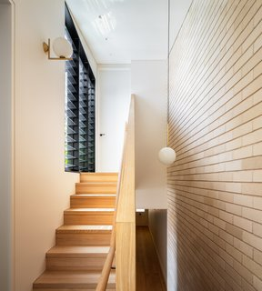 楼梯导致上层和特征从金银花照明。