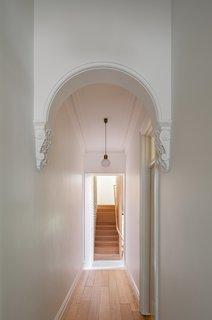 卡特威廉姆森正面入口大厅左侧的原始拱形的形式,形状,在整个住宅重复。