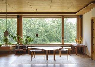 The oversized picture window provides a strong indoor-outdoor connection and a view on the sylvan surroundings.