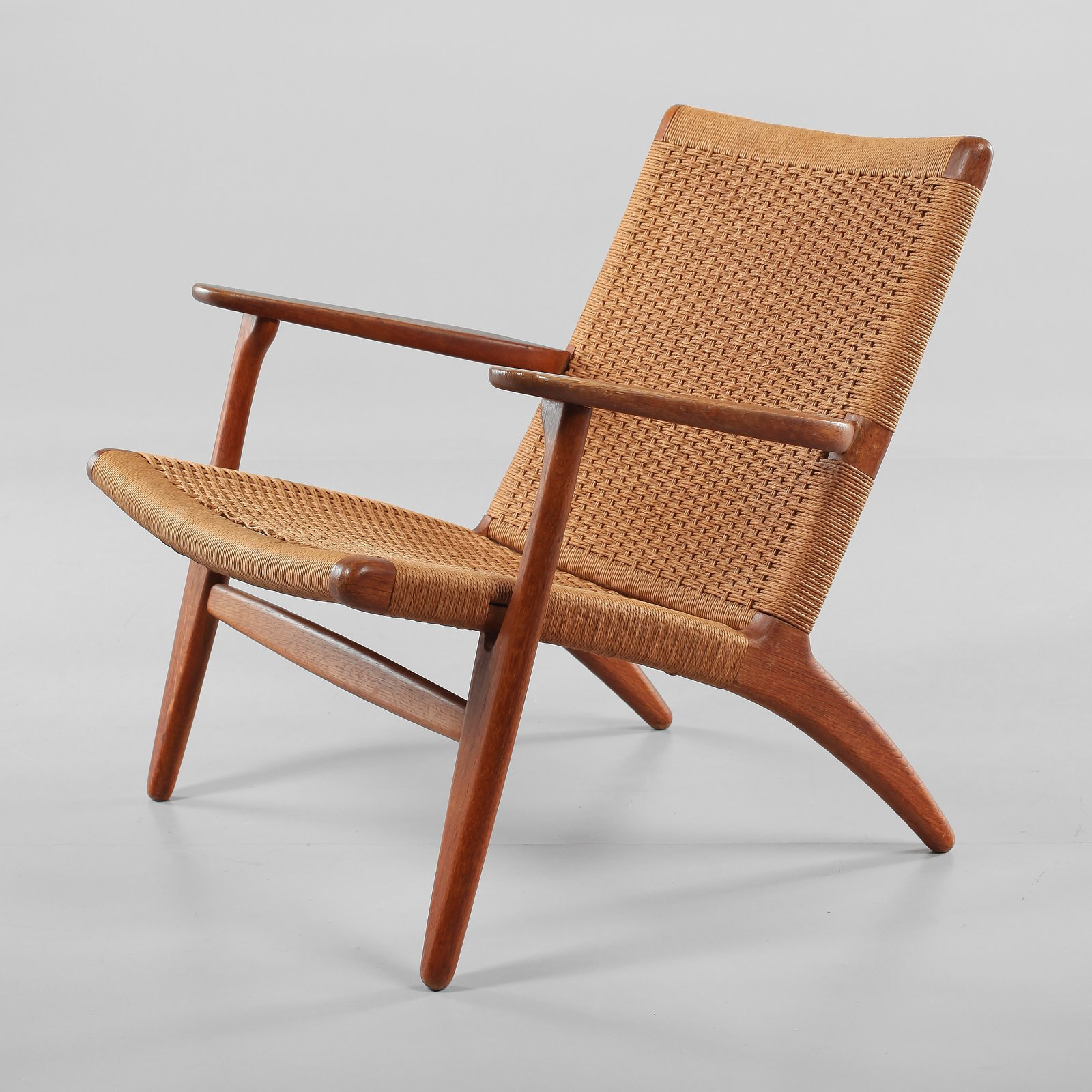 CH25 Lounge Chair by Hans Wegner.  Photo Bukowskis.  lounge chairs