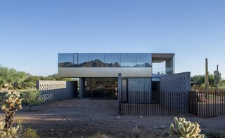 Designed by Szu-Ping Patricia Chen Suchart and Thamarit Suchart of Chen + Suchart Studio, the Staab residence stands in stark contrast to its suburban context but in harmony with the Sonoran Desert.