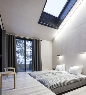 The bedrooms are placed on opposite ends of the cabin, each equipped with sliding doors that lead to the netted terrace. Above, skylights offer additional views of the stars.