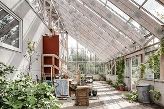 This eco-friendly, A-frame lakeside home in the Swedish city of Gothenburg was designed as a greenhouse that contains a three-bedroom, two-bath residence. It provides the family with apricots, tomatoes, kiwis, and grapes throughout the year.