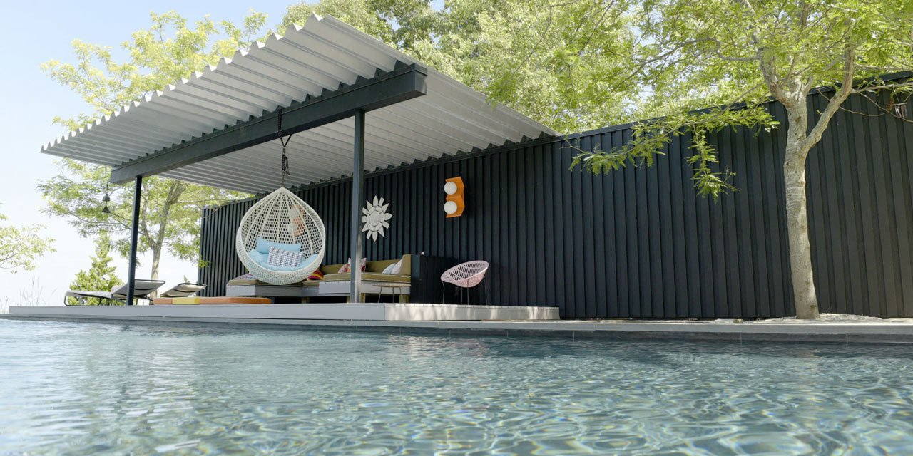 Designer Jonathan Adler and his partner Simon Doonan, an author and creative in his own right, own a getaway house on New York's Shelter Island. The colorful abode, a one-story house and pool pavilion designed by Gray Organschi Architecture, has a seventies California feel that was created by the homeowners themselves, including this relaxing poolside retreat with a chair swing.  Photo courtesy of Allan Maldonado  House projekt from 10 MODERN OUTDOOR SPACES WITH SWINGS FOR RELAXING