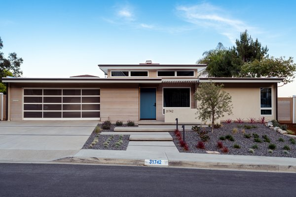 coastal midcentury modern // entry + drought-tolerant landscaping