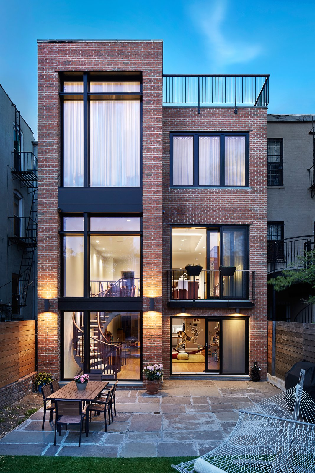 In contrast to the historically-preserved street facade, the rear facade was significantly opened up to create light-flooded spaces using Zola's Thermo Clad line with a more modern aesthetic.