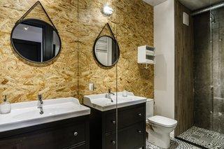 在波兰海滨城市格但斯克(Gdansk),一套公寓被翻修,浴室覆盖了混凝土和OSB。OSB增加了一个装饰性的元素,并且在安装前进行防水处理,以适应潮湿的环境。