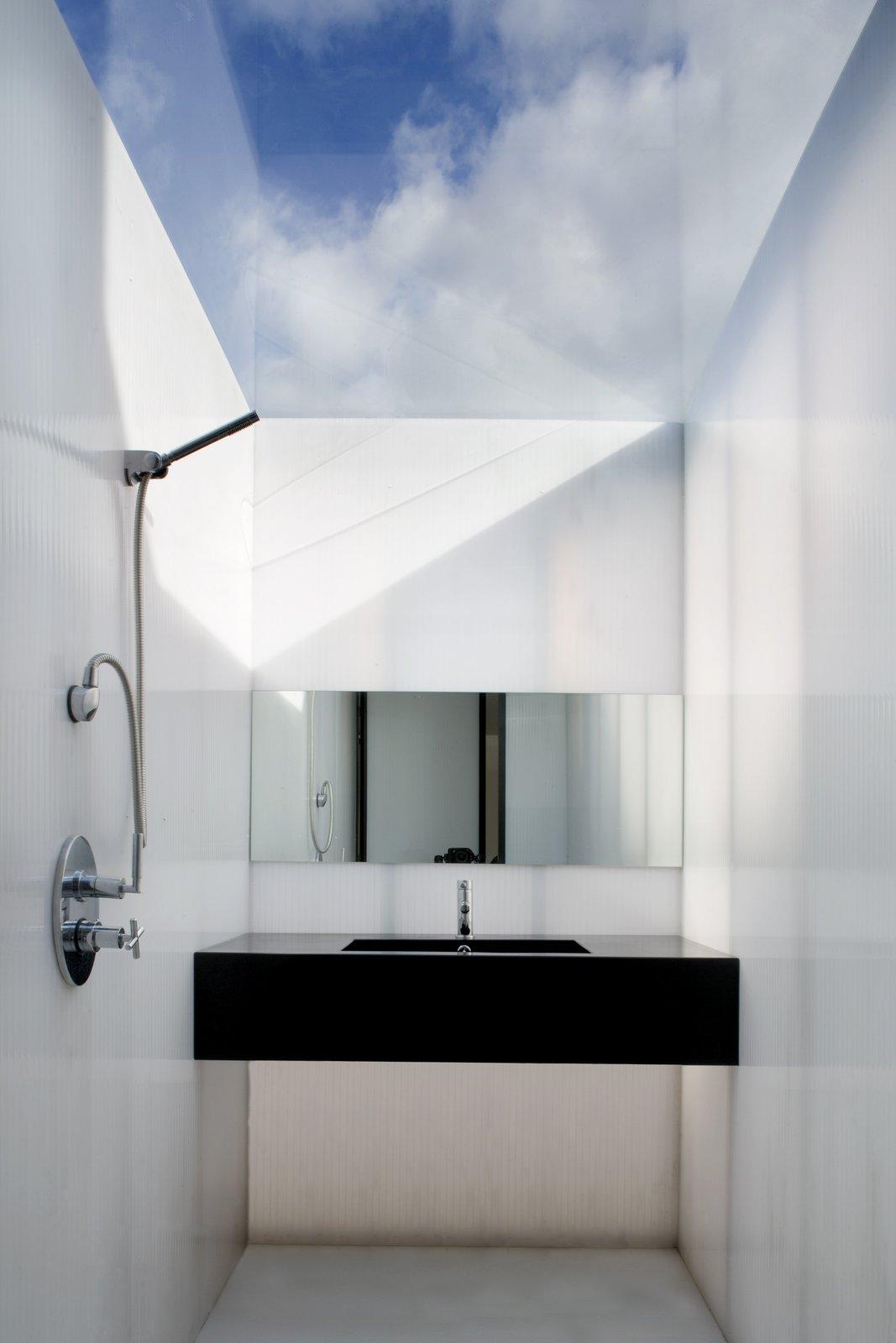 Bathroom  Plastic House by Urban-Agency Architects