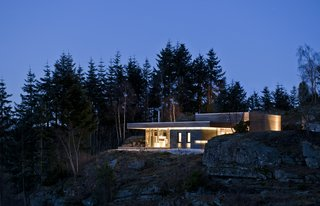 The pavilion concept of this cabin is emphasized by its large roof, which also serves as a shelter for rainy days.