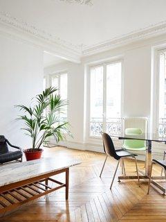 Parisian living space. Chemin Vert by Septembre. © David Foessel.  upinteriors.com/go/sph411