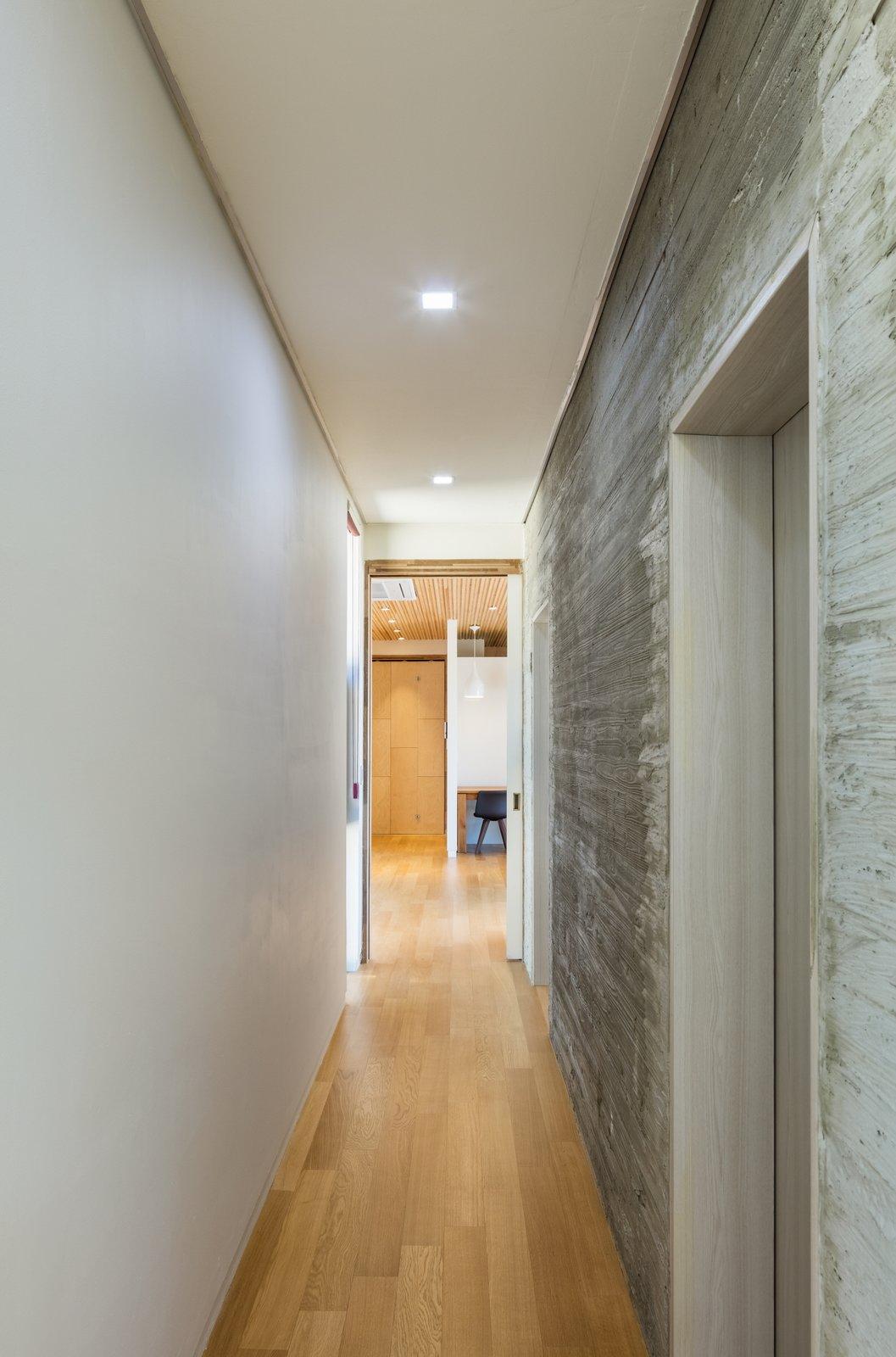 Hallway and Medium Hardwood Floor corridor  Apple Farm House by 2m2 architects