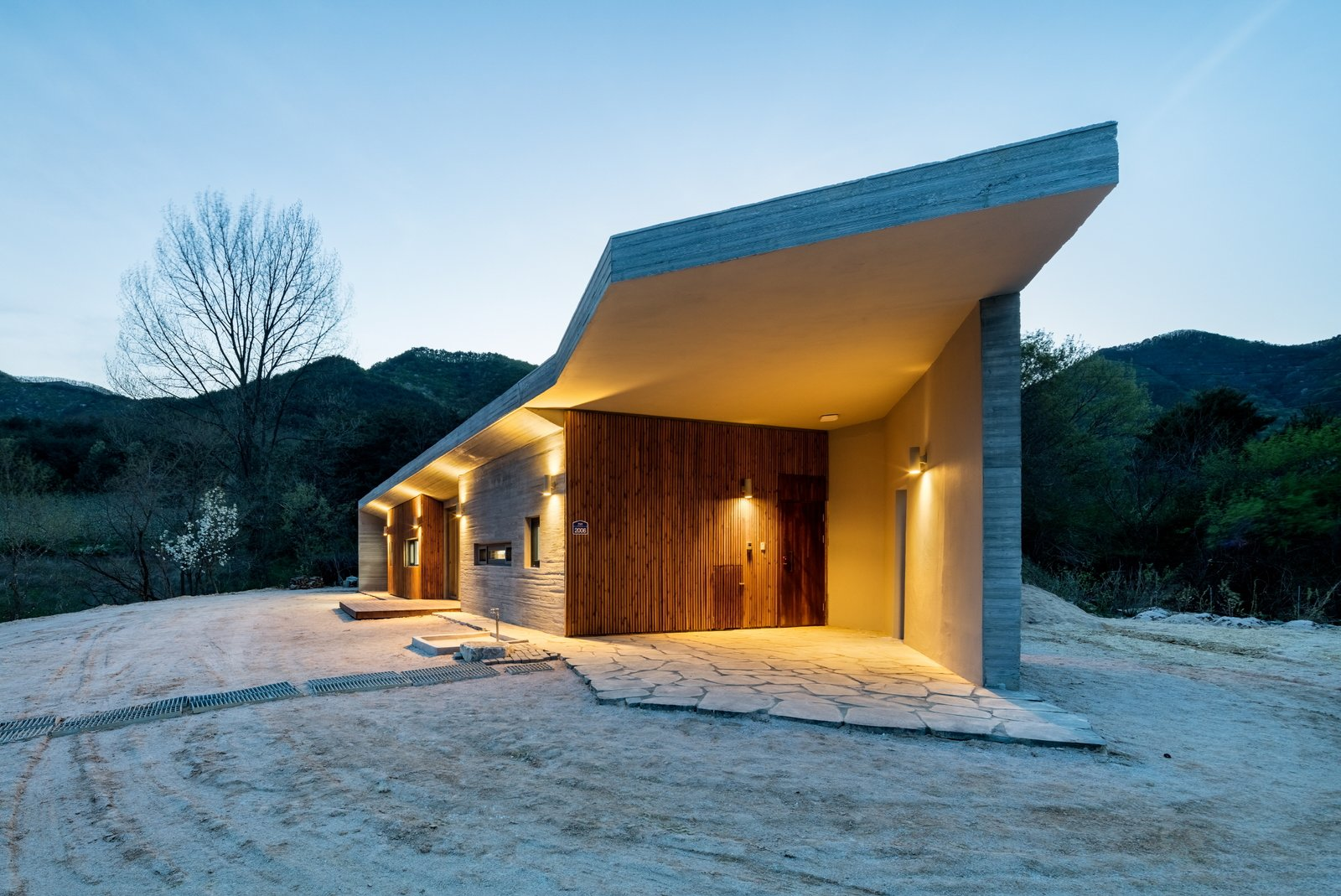 Outdoor and Front Yard main view  Apple Farm House by 2m2 architects