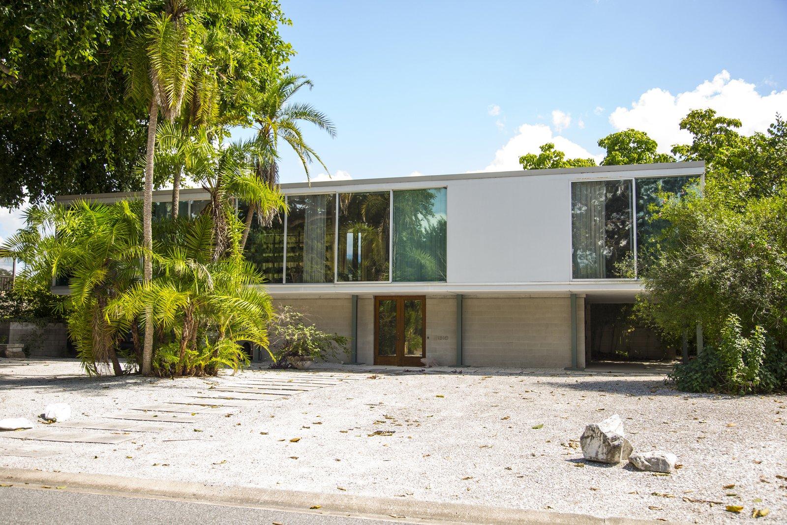 Outdoor, Front Yard, Walkways, Trees, Desert, and Shrubs Hiss Studio (1953), Architect Tim Seibert, FAIA  Hiss Studio